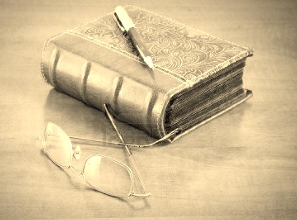7154282-antiguo-libro-con-gafas-de-lectura-y-pluma-de-escritorio