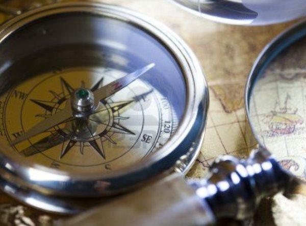 13503147-alt-navigationsinstrument-karte-und-kompass