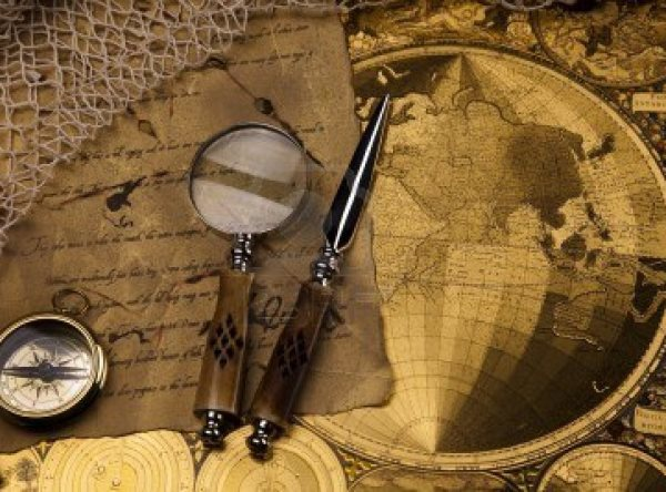 13503232-antiguo-instrumento-de-navegacion-mapa-y-una-brujula